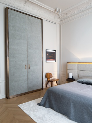 A sense of cohesion was created via rectangular volumes in various noble materials such as Calacatta Marble, brass hinges, and grey chenile velvet.