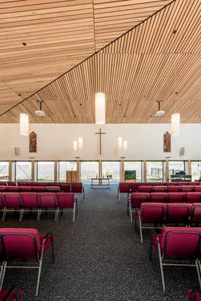 The altar and seating can be configured in different arrangements within the worship hall, enabling it to be used for a variety of activities.