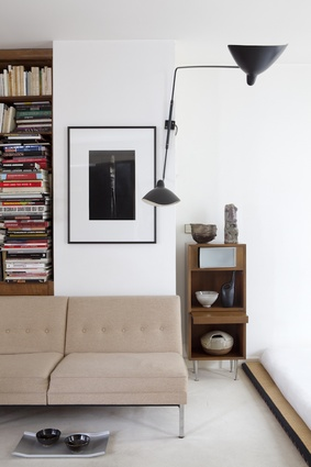 George Nelson designed the modular couch and wooden cabinet in the living area. The tray on the ground is Plateau Arran by Enzo Mari.