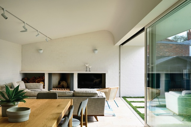 """The curved """"tick"""" ceiling gives a dynamic shape to the kitchen and living volumes."""