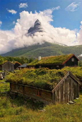 The Renndølsetra farm in the beautiful Innerdalen valley is an example of traditional Norwegian timber buildings with green roofs made of birch bark, often called sod roofs. These are draught-proof and help retain heat.