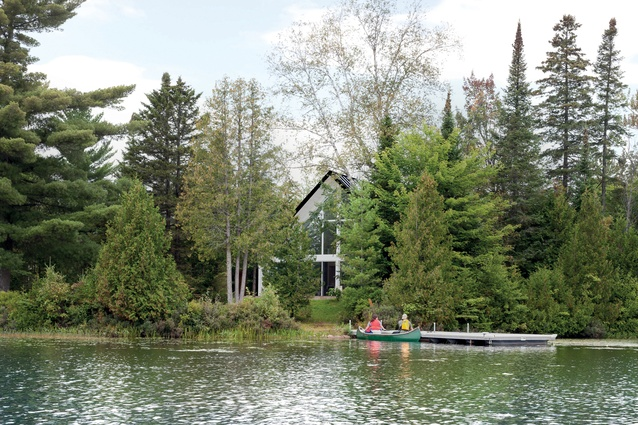 The chalet is located on an idyllic lakeside site.